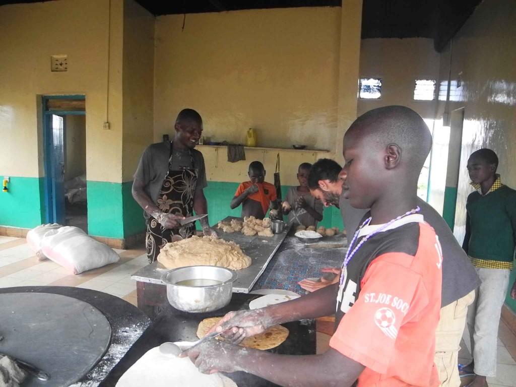 Fleißiges Helfen bei der Chapati-Zubereitung