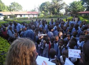 Maggie und Simon verteilen Briefe an die Kinder in Kenia. Schulleiterin Sister Josephine (links) unterstützt sie dabei.