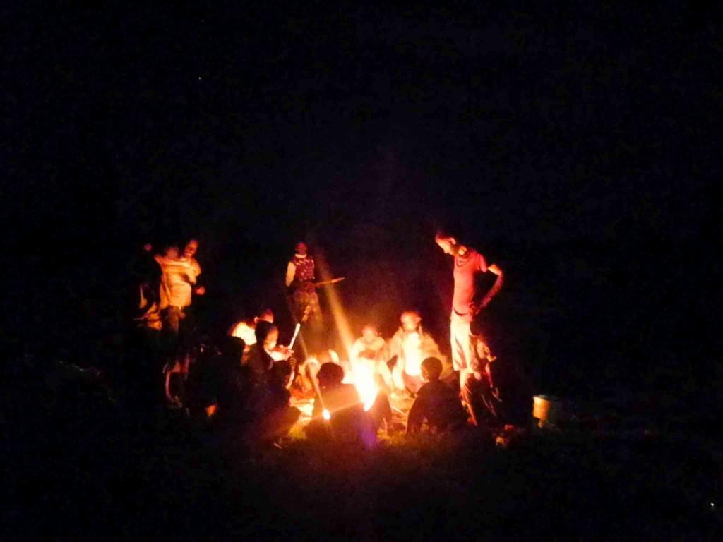 Wir rösten Stockbrot über dem Lagerfeuer