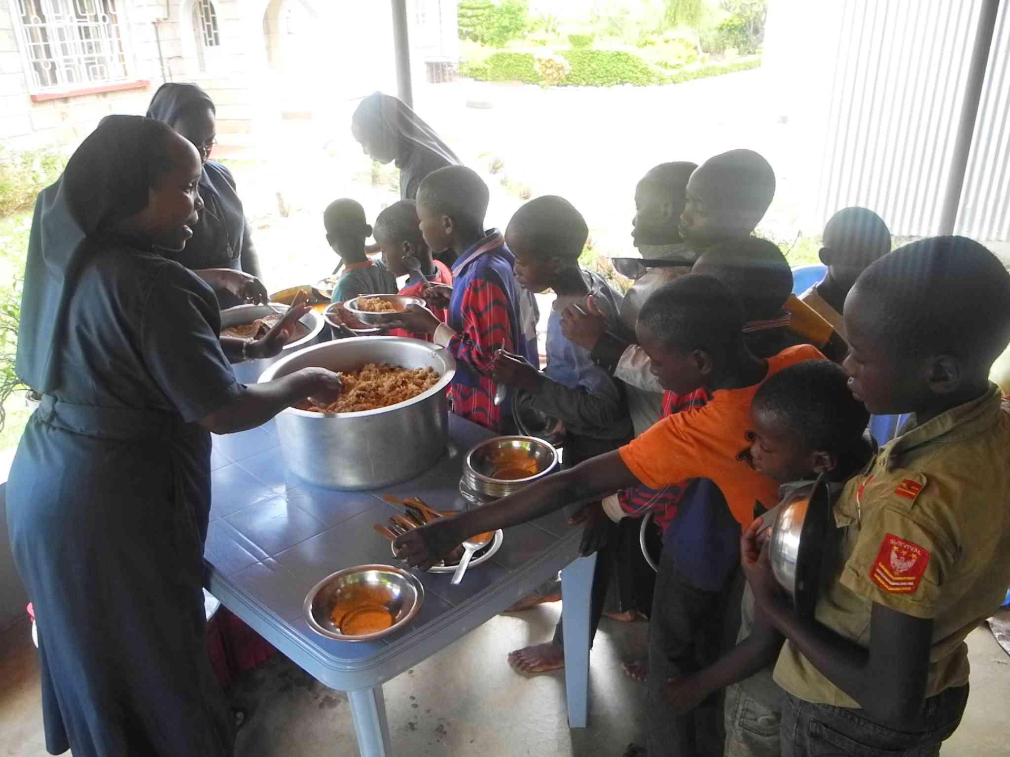 Sister Purity und Sister Faith bei der Essensausgabe