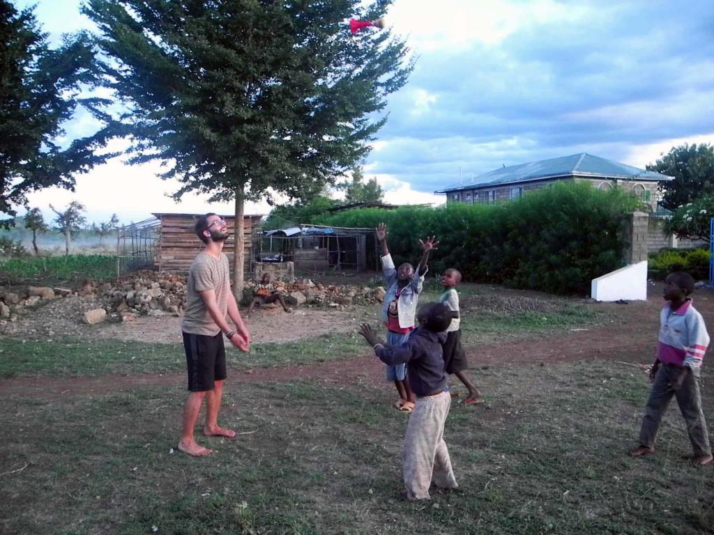 Simon und die Jungs beim Indiaca-Spielen
