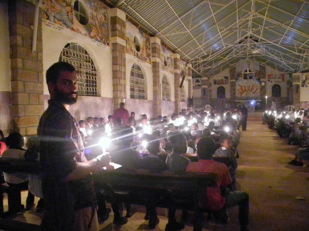 Der Kirchenraum im Kerzenschein