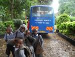 Die Heimfahrer warten darauf, dass der Schulbus sie nach Hause bringt.