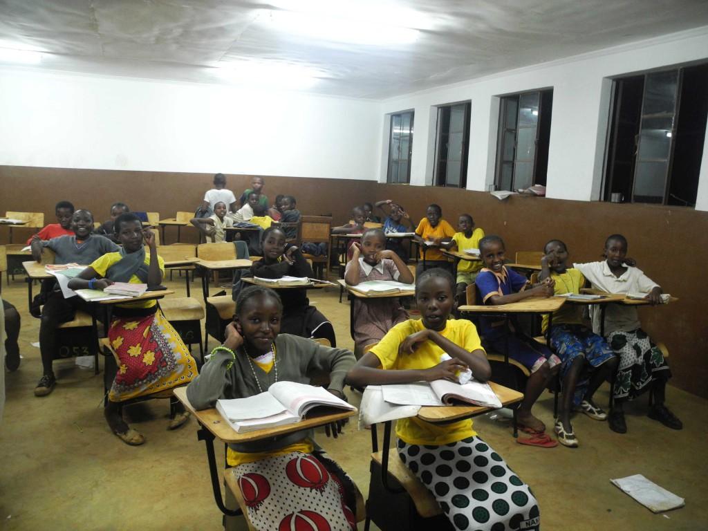 Die Klasse 6 bei ihren Hausaufgaben (abends nicht mehr in Schuluniform).