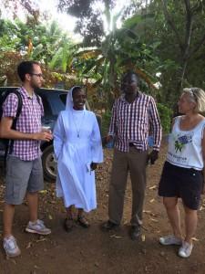 Samuel (l.) und Simone (r.) mit Sr. Josephine, Schulleiterin der Saint Francis School, und Robert, dem Vorsitzenden des Elternbeirats der Schule