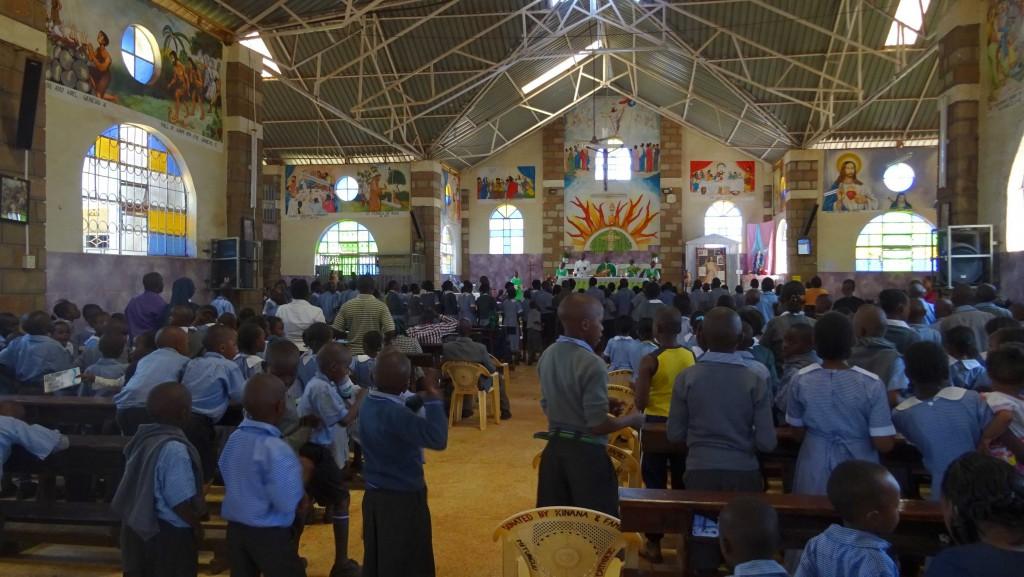SchülerInnen und LehrerInnen nehmen am Jahresabschlussgottesdienst der Saint Francis of Assisi School teil