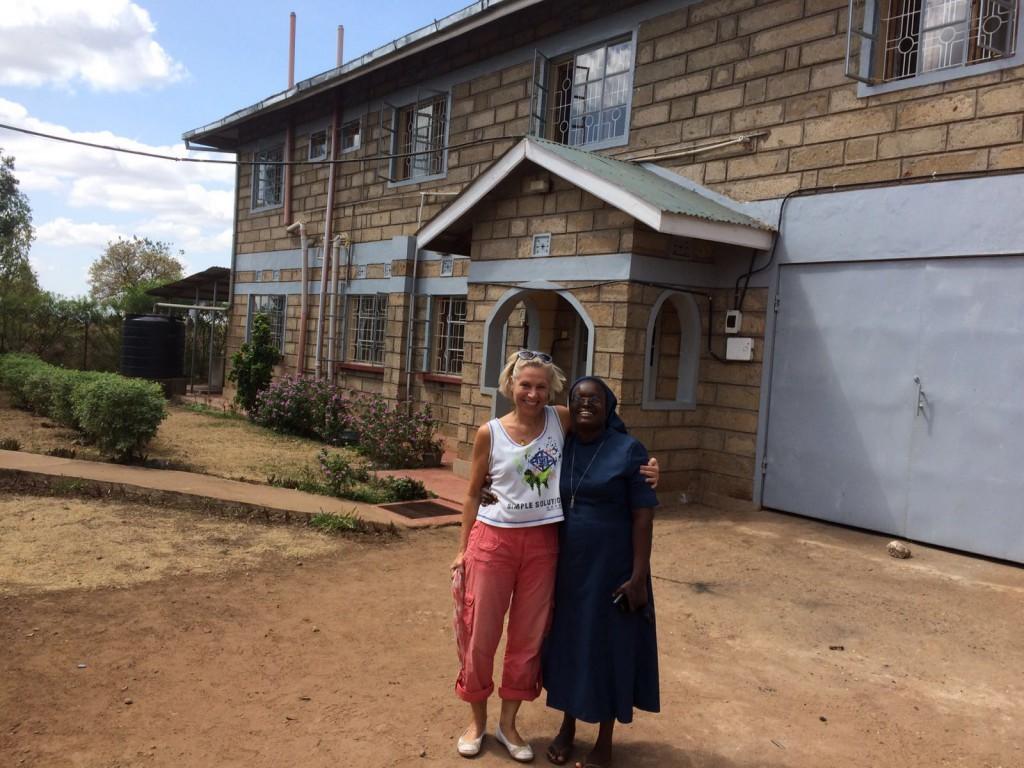 Simone mit Sister Faith vor ihrem Konvent in Caring Place, Mitunguu