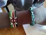 Ein Loom-Band aus Deutschland befindet sich jetzt direkt neben einem Armband mit der kenianische Flagge